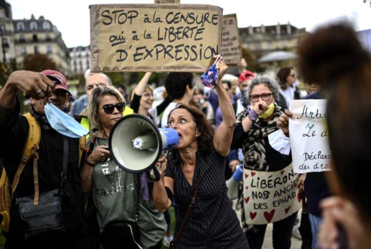 """""""La nueva normalidad"""": Protestan en París contra el uso del tapaboca"""