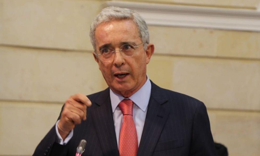 """Tras su detención domiciliaria: Álvaro Uribe asegura sentirse """"secuestrado"""""""