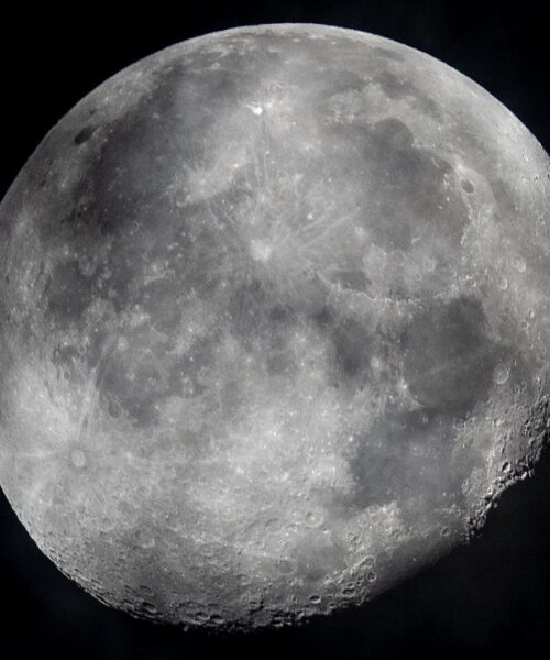Científicos descubren más agua en la Luna de lo que se esperaba