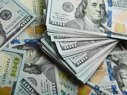 Dólar se debilita ante monedas mientras operadores esperan avance del estímulo estadounidense