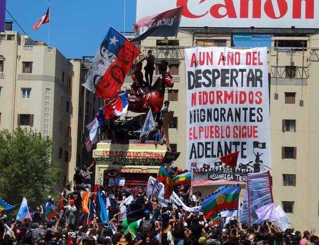 """Chile: Multitudinaria marcha a un año del """"Estallido Social"""" termina de forma violenta"""