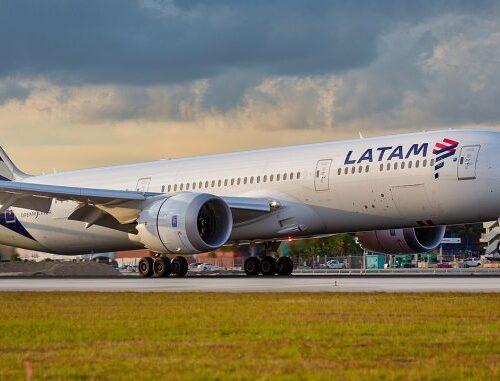"""""""Frecuencia aérea estará sujeta a la pandemia"""": Latam retomará 33% de sus operaciones en noviembre:"""