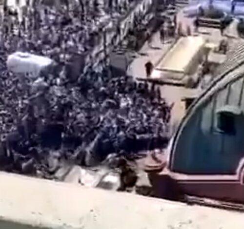 Video | Miles de fanáticos rompen cerco policial en velorio de Maradona