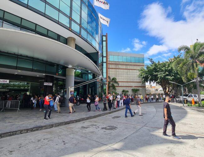 """Cientos de caraqueños hicieron filas para aprovechar descuentos del """"Black Friday"""""""