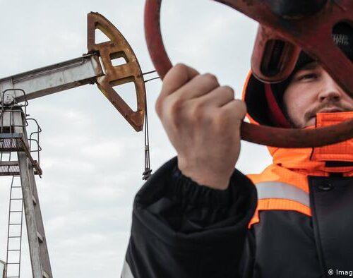 OPEP estudia si mantiene reducción en la producción de crudo
