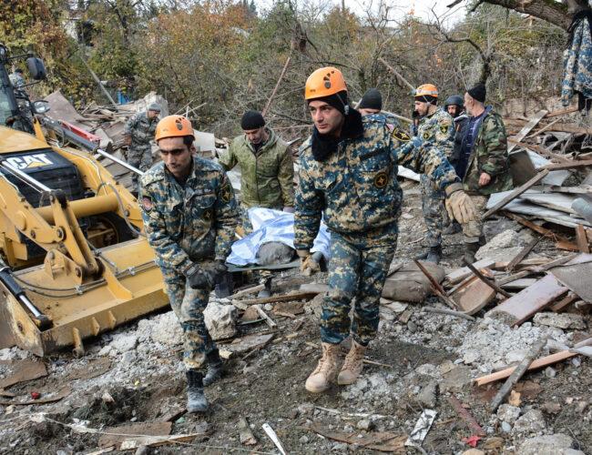 Nagorno-Karabaj: Armenia y Azerbaiyán se acusan de violar el alto al fuego