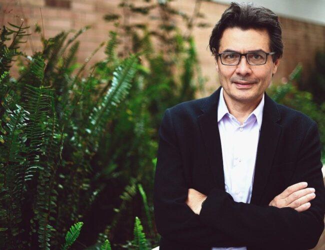 """Exministro de salud colombiano calificó de """"antiético"""" no vacunar a migrantes ilegales"""