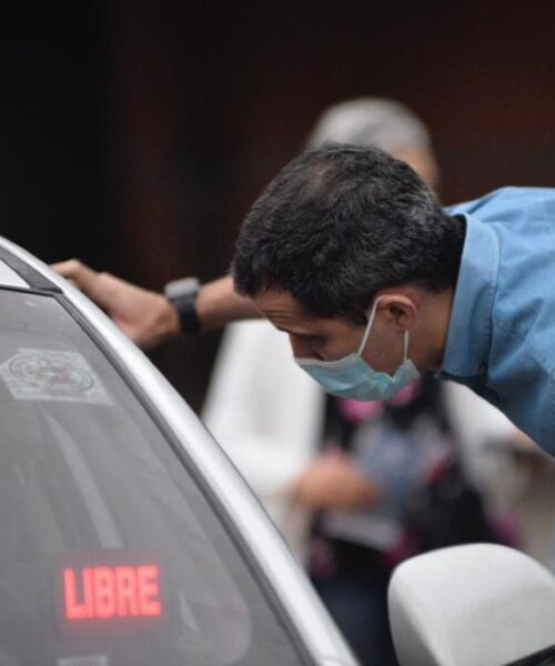 Guaidó apareció en colas de gasolina para impulsar la Consulta Popular