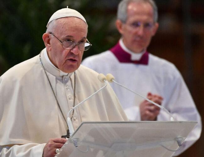 Papa Francisco reapareció tras ataque de ciática y denunció muerte de un sintecho por frío