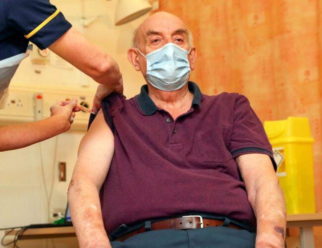 Reino Unido: paciente recibe primera vacuna Covid-19 de AstraZeneca / Oxford