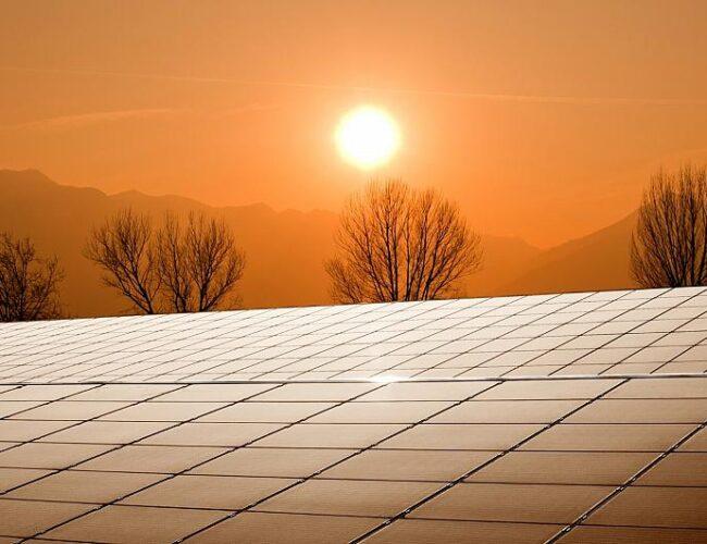 Científicos crean paneles solares que simulan ventanas transparentes