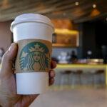 """Starbucks pagará multa de 12.000 euros por dibujo de cara con """"ojos rasgados"""""""