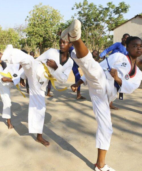 Adolescente de Zimbabue enseña taekwondo para combatir el matrimonio infantil