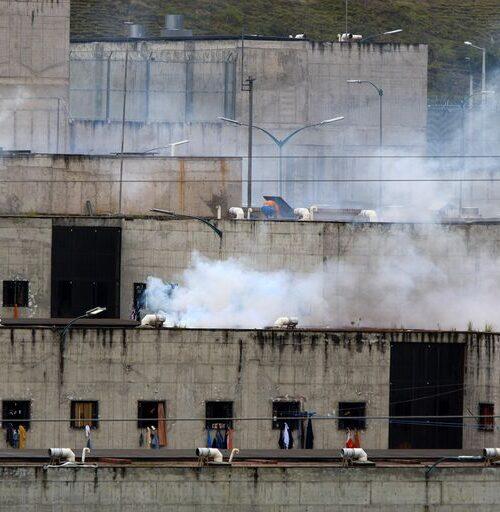 Ascienden a 79 fallecidos en enfrentamientos en cárceles de Ecuador