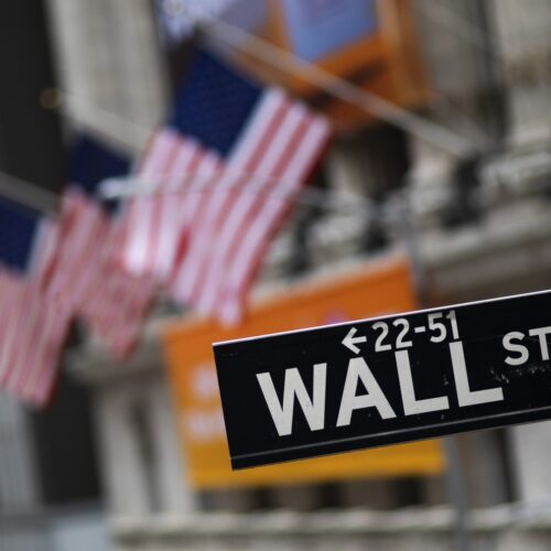Acciones toman una modesta alza por estímulo en EEUU