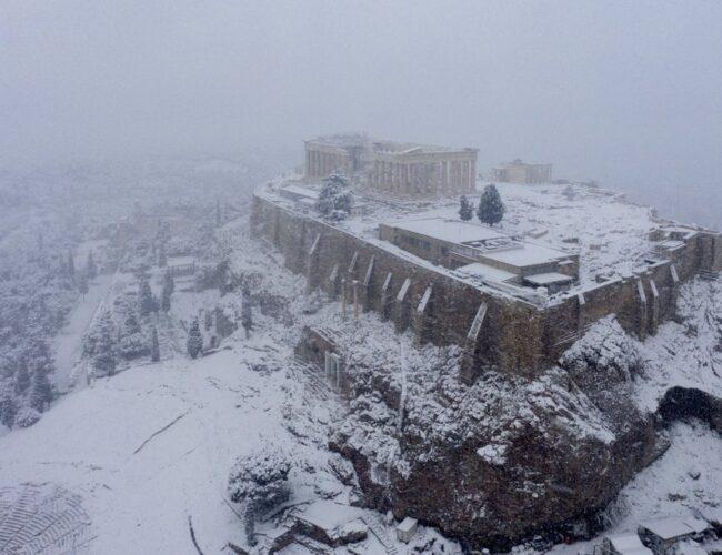"""Rara nevada """"viste"""" de blanco al Partenón en Atenas y afecta la ciudad"""