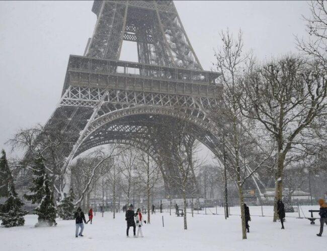 """Torre Eiffel se congeló durante nevada y debió ser """"derretida"""" con soplete"""