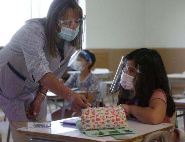 Chile: comienzan vacunación para maestros que facilitará el retorno a clases