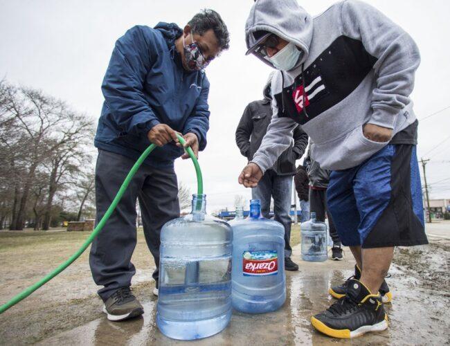 EEUU: vuelve la electricidad a Texas pero aumentan los problemas con el agua