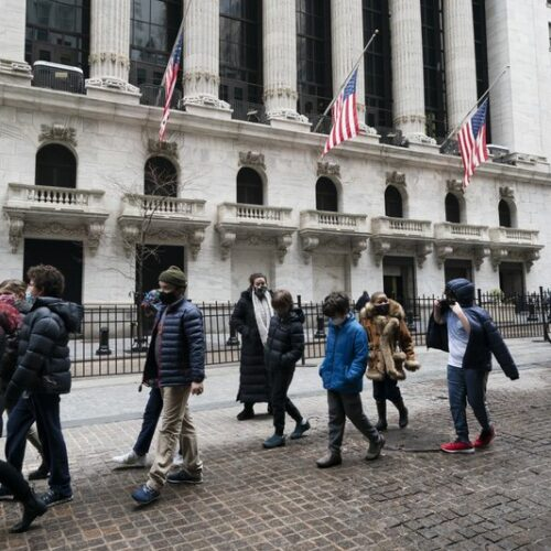 Acciones suben en Wall Street mientras inversores centran interés en los rendimientos de los bonos