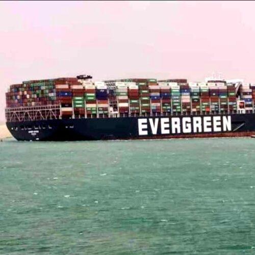 Tráfico de mercancías entre Europa y Asia está detenido por bloqueo del Canal de Suez