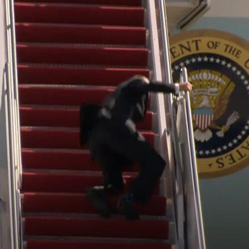 Video | Joe Biden se cae tres veces al subir las escaleras del Air Force One