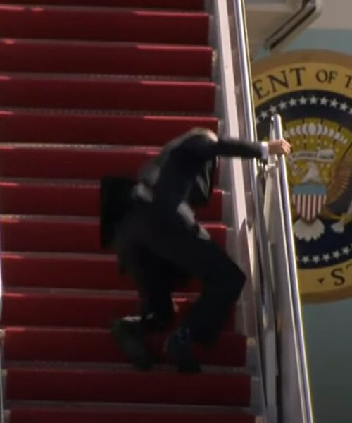 Video | Joe Biden se cae tres veces al subir las escaleras del Air Force One