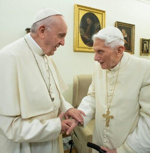 """Benedicto XVI aún defiende su renuncia ante los """"fanáticos escépticos"""""""