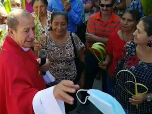 """Sacerdote en Honduras arrancó el tapabocas de una mujer: """"Esta babosada no te va a cuidar de la muerte"""""""