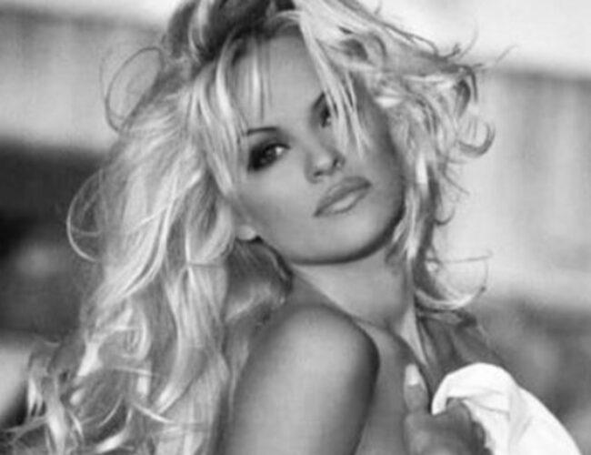 Pamela Anderson regala portadas de Playboy firmadas en red social de criptomonedas