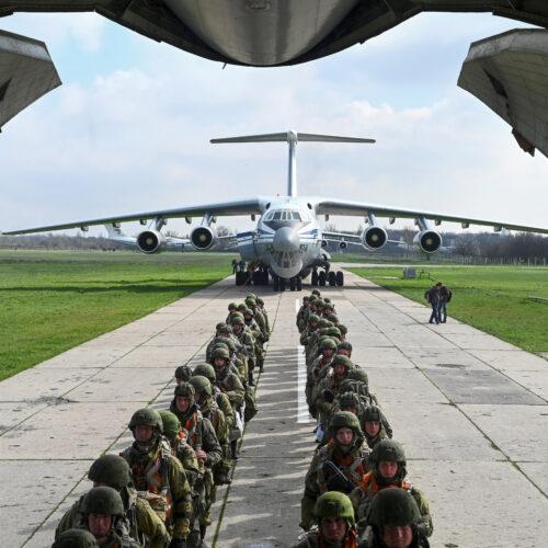 Rusia dice que está retirando sus tropas cerca de la frontera de Ucrania