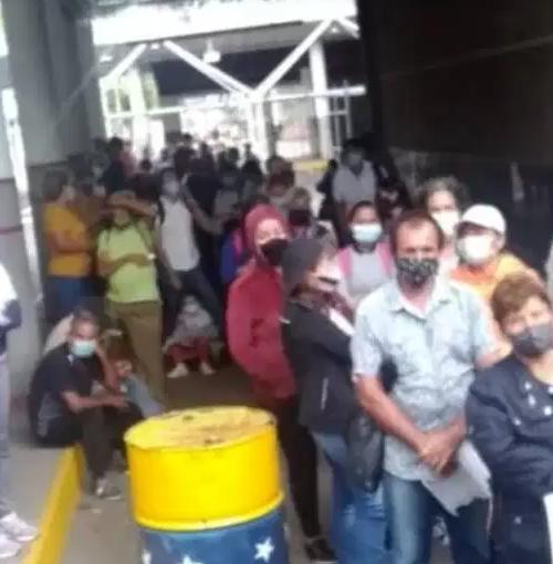 Reportan largas filas para cruzar corredor humanitario en la frontera colombo-venezolana
