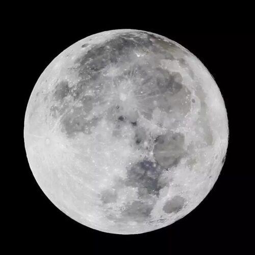 La luna se encuentra a una distancia media de 384.400 km de la Tierra.