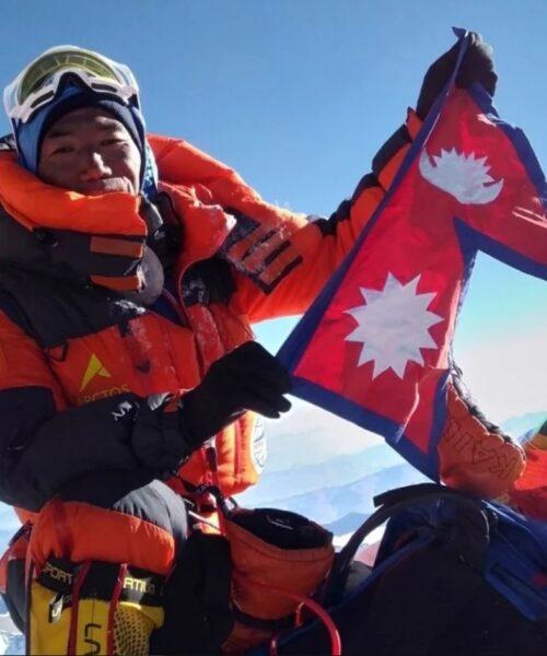 Un guía Sherpa rompe su propio récord y escala el monte Everest por 25° vez