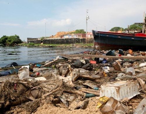 Lago de Maracaibo: la basura y los desechos químicos aceleran su envejecimiento