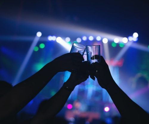 Desalojan en España una fiesta ilegal con más de mil 200 personas sin medidas anticovid
