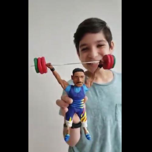 Joven escultor venezolano realiza figura en arcilla del atleta olímpico Julio Mayora