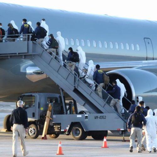 Chile expulsa a 77 inmigrantes peruanos y bolivianos en un vuelo chárter