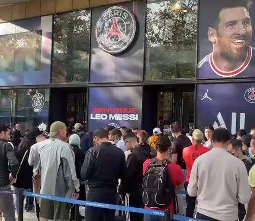 Parisinos hacen interminables colas para comprar la nueva camiseta de Lionel Messi