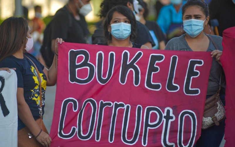 Salvadoreños conmemoran el Día de la Independencia con multitudinarias protestas contra Bukele