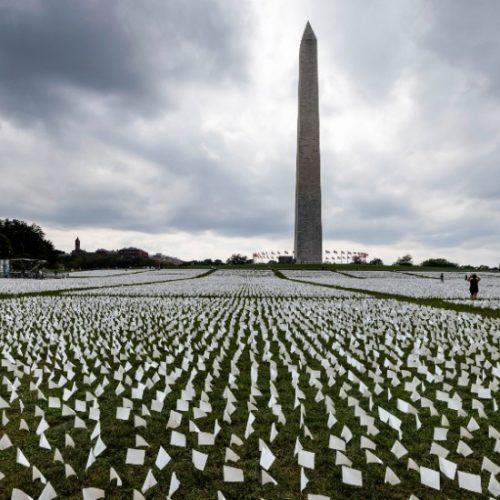 Estados Unidos honra a muertos por Covid-19 con 600 mil banderas blancas en Washington