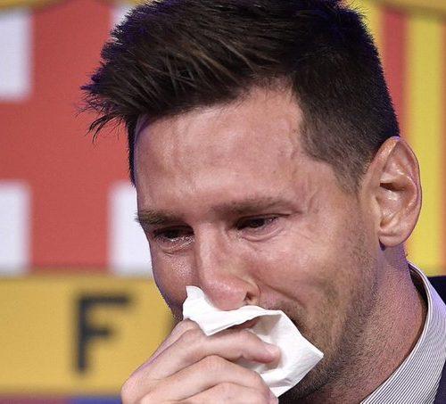 Subastarán el pañuelo con el que Messi lloró en la rueda de prensa tras su salida del Barcelona