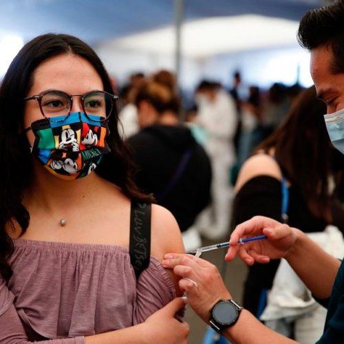 """Brasil suspendió vacunación covid-19 de adolescentes debido al """"desorden en el plan de inmunización"""""""