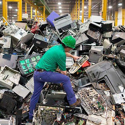 Expertos estiman que la basura electrónica acumulada este año pesará más que la Gran Muralla china