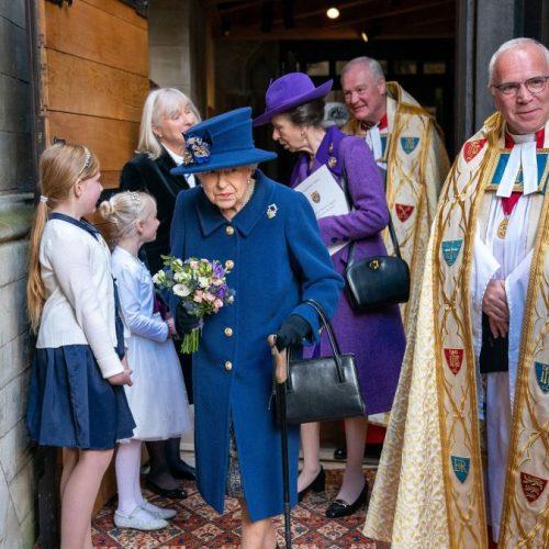 Médicos prohíben a la reina Isabel la ingesta de bebidas alcohólicas