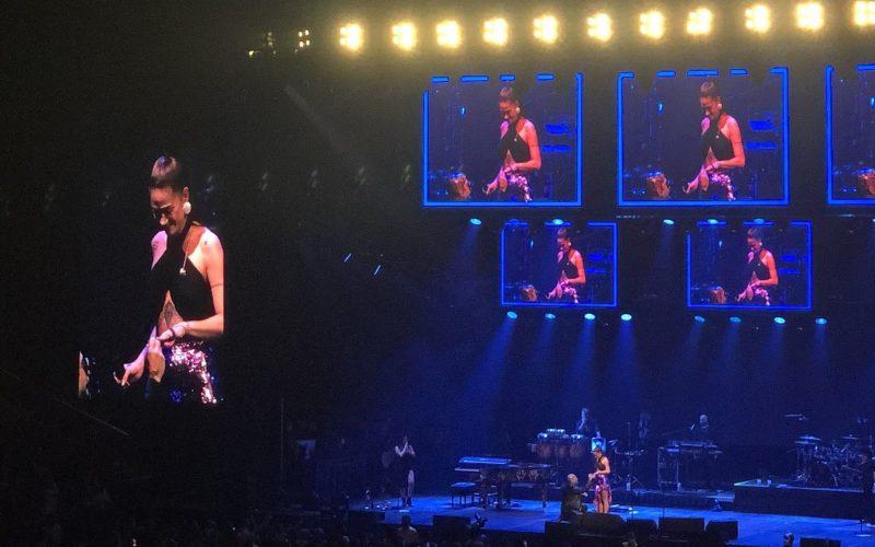 Cantante Mike Bahía le propuso matrimonio en un concierto a su novia Greeicy